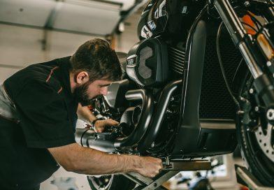 Come cambiare l'olio al motore: guida per motociclisti