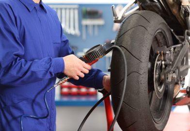 Come controllare la pressione delle gomme di una moto