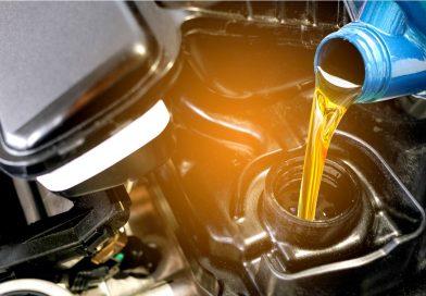 Cambio olio moto: qual è la differenza tra olio minerale e quello sintetico?